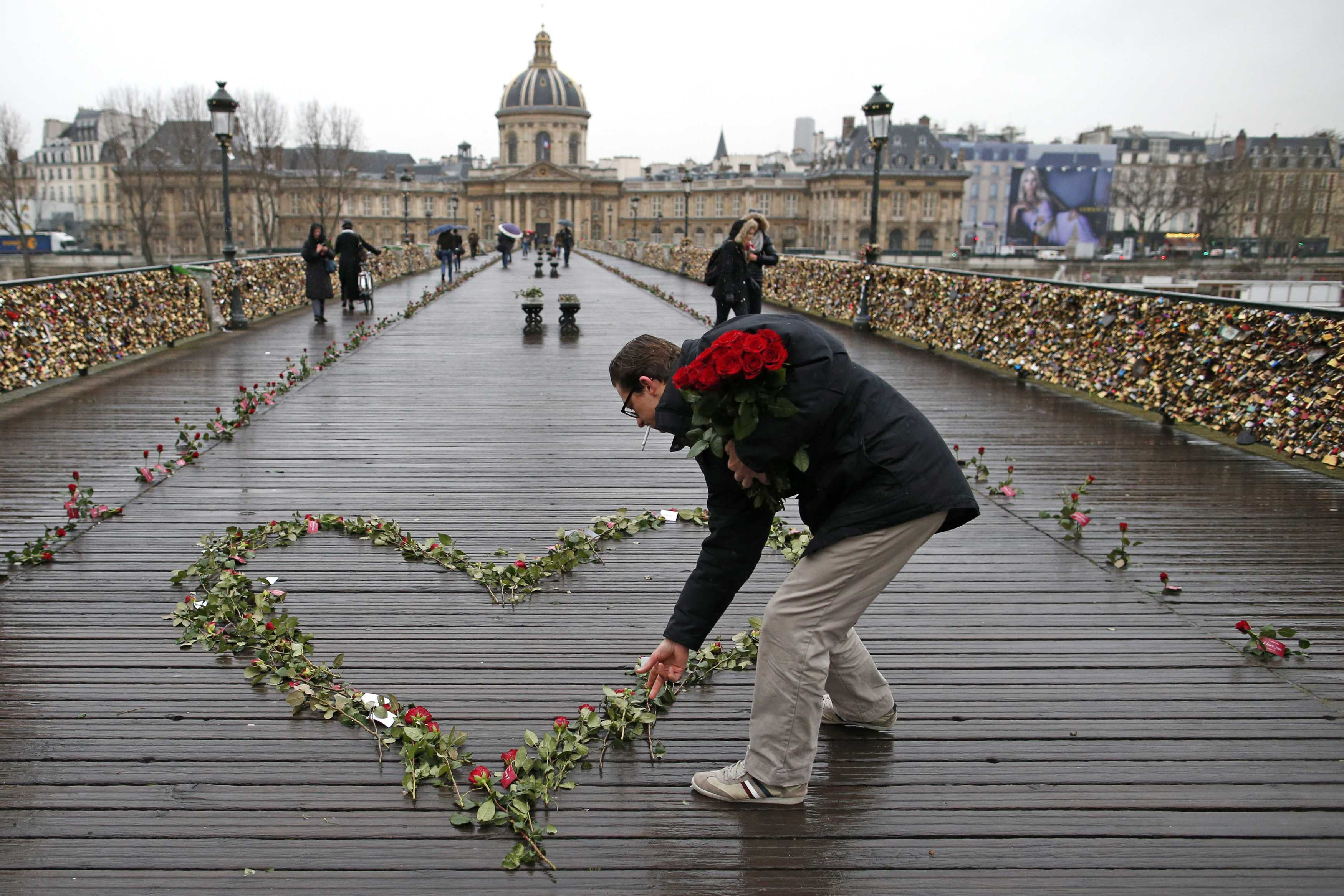 Roses are placed on the Pont des Arts over the River Seine as part on a publicity campaign on Valentine's Day in Paris February 14, 2014. REUTERS/Benoit Tessier (FRANCE - Tags: SOCIETY)